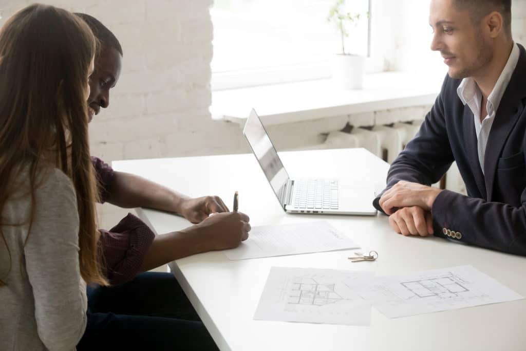 Médiateur recevant 2 personnes dans un bureau.