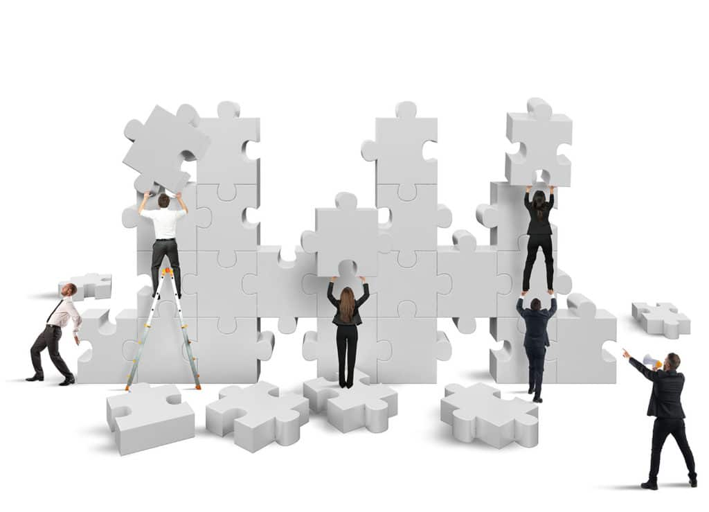Personnes construisant un puzzle géant